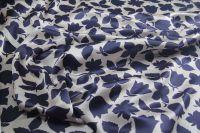 ткань атлас с темно-синими цветами атлас шелк цветы белая Италия